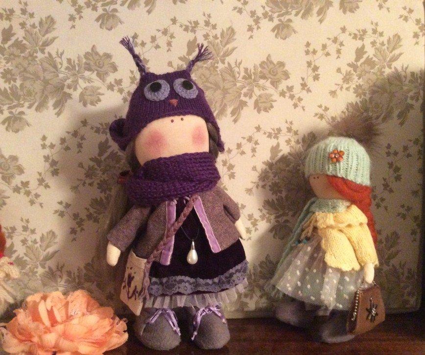 Автор: Юкоша, Фотозал: Мое хобби, Наконец закончили с младшей дочкой работу над новыми двумя куклами,куклы для уюта и благополучия, у каждой есть сумочка и в сумочке денюшка на достаток и процветание)))) Сара в желто-бирюзовых тонах и совушка Молли( Джилл рожденственская девочка живет у нас), а ее две новые подружки ждут новых владельцев. Маленькая Сара 22 см: нее шикарная блуза,вязаные штанишки, кофта связана на спицах и обвязана крючком и с бисером и юбка на поясе бисер, сумочка кожа  натуральная)) связана шапочка с помпоном из чернобурки))шарфик и сапожки из флиса за 2500 р Молли  совушка 27 см: у нее платье из бархата, твидовый пиджак,вязаные  штанишки полосатые,связан снуд и шапочка, сумка из льна с вышивкой на кожаном ремне, подвеска с кулоном)) ботинки из флиса на подкладке из шёлка за 3000р  Даже не знаю дорого это или нет, на каждую куклу уходит несколько дней кропотливой работы, но нам это нравится)))