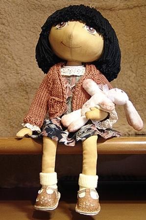 ДЕТСТВО ТАНИ. В подарок самому дорогому и родному для меня человеку - моей маме. Текстильная кукла. Туловище - сатин-стрейч, наполнитель - синтепон. Тонирована кофе. Волосы - х/б пряжа, вшиты по одному. Одежда: платье - креп, кофточка - пряжа х/б, носки - трикотаж х/б, сандалии - кожа. Роспись лица - акриловые краски. Заяц сшит из мягкой ткани, наполнен синтепоном, тонирован акриловыми красками. Голова сшита по мастер-классу Татьяны Ивановой http://www.livemaster.ru/topic/17945 Размер куклы 26 см.