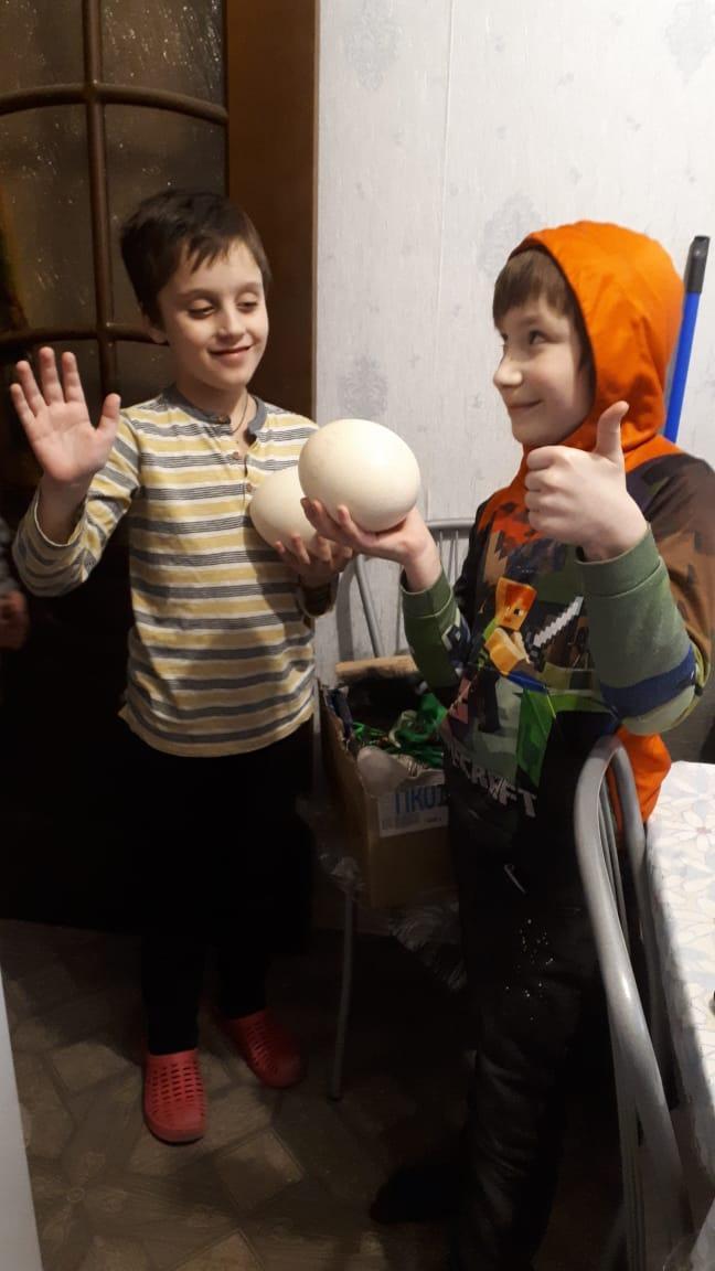 Мой маленький фермер (справа) Это будет наш первый опыт инкубирования страусиных яиц