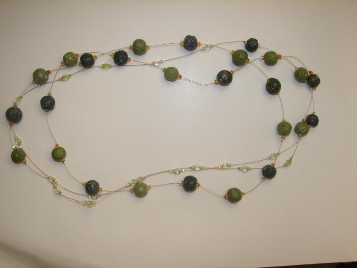 Зелёный камушек простой  цвет  трав душистых дарит свой.