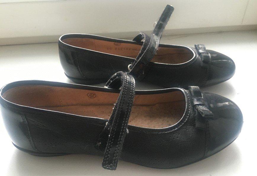 """Б/у туфли кожа 35 разм (22 см), цвет чёрный, в хорошем состоянии-носили около месяца в школу на сменку. Есть небольшие """"потертости"""" мыса. Легкие. Застежки-липучки. Цена: 1 тыс руб"""