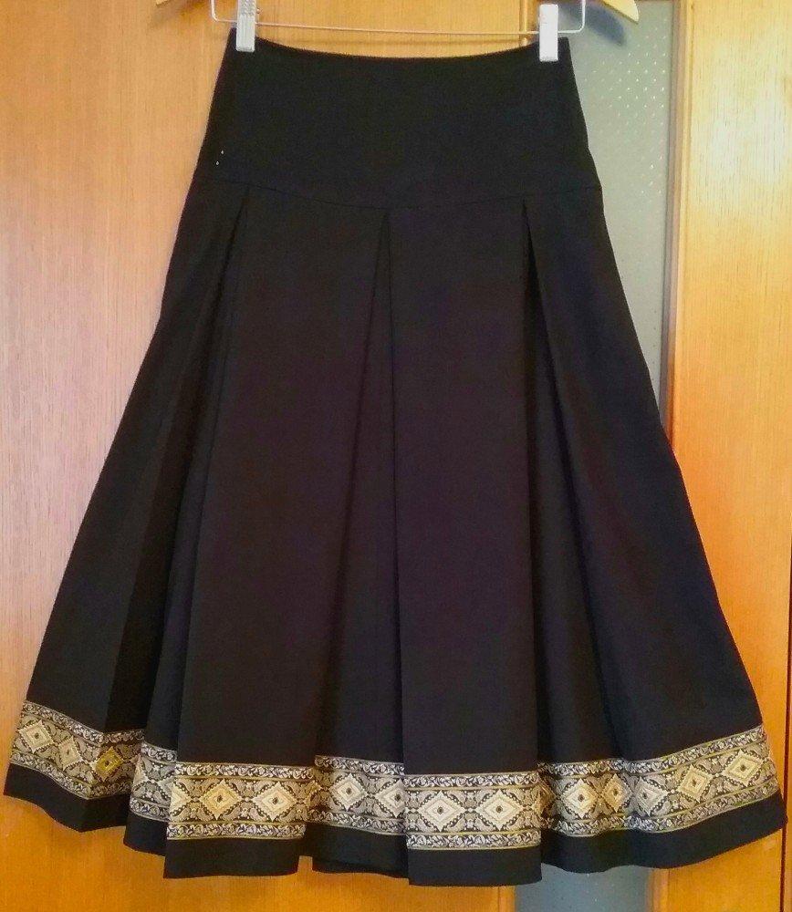 Роскошная итальянская юбка из тяжелого плотного материала на подкладе. 59 % ПЭ, 39 % вискоза, 2 % эластан. ПОТ 32,5 см, длина 74 см. Экв.5000