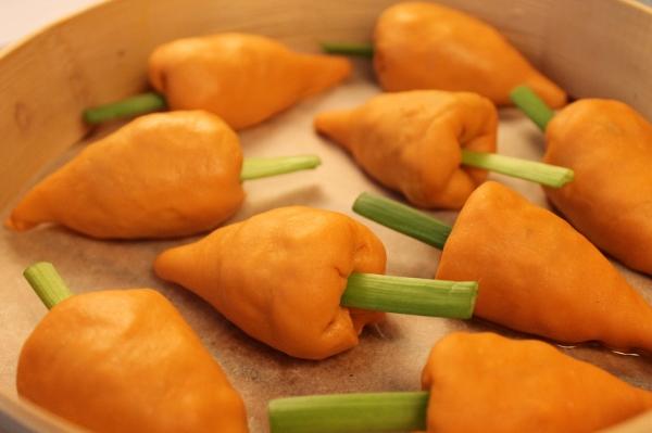 Манты-«морковки» на пару с начинкой из овощей и грибов