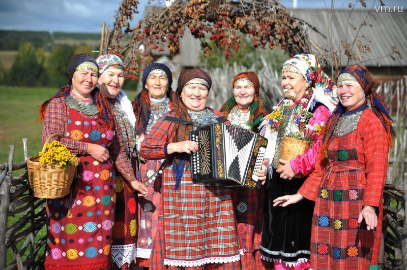 Бабушки из Бураново собираются исполнить песню своих последовательниц из Японии