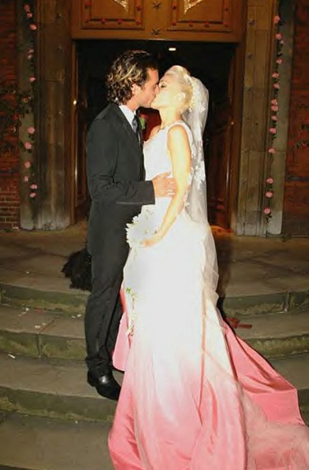 Самые некрасивые невесты из мира звезд: Бедная-бедная Гвен Стеффани. Все-таки, когда она спешила на свадьбу, что-то пролилось на подол.