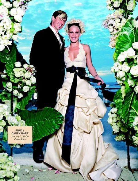 """Самые некрасивые невесты из мира звезд: Обратим наши взоры на Пинк и свадебное платье а-ля """"убежавшее тесто"""".  Деформирующие силуэт складки похожи еще и на сгрудившиеся"""