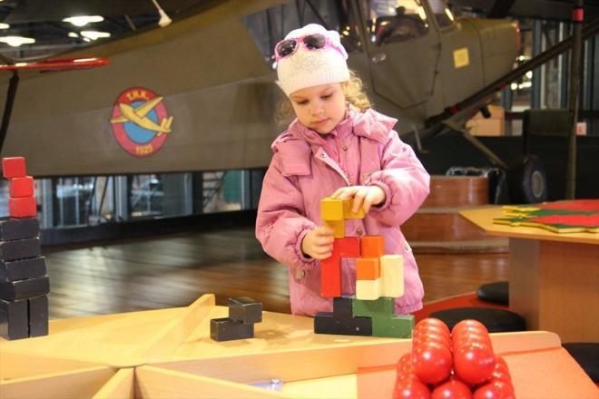 В этом зале мы зависли - Карина строила башню из кубиков, Катя складывала паззлы, а потом мы всей толпой несколько минут провели у одного интересного аттракциона. Надо было встать в центр, потянуть за веревочку, и ты оказывался в мыльном пузыре. Восторг!