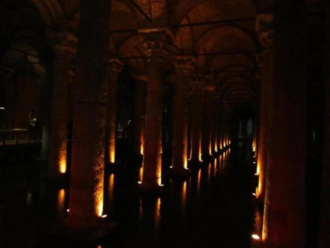 Есть в Стамбуле одно необычное место - Цистерна Базилика. Это одно из самых крупных и хорошо сохранившихся сооружений, обеспечивающих во времена Византии город пресной водой. Темное помещение освещается неярким красным светом, 336  колонн отражаются в воде, слышен звук падающих капель, и все это создает мистическую атмосферу.