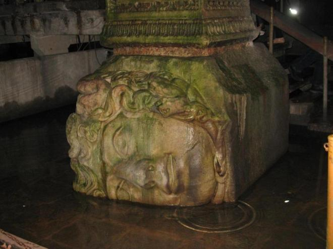 Из всех колонн выделяются две: их нижние части украшены перевернутыми головами Медуз.  Катя накануне поездки как раз прочитала мифы о Персее, поэтому ей не терпелось увидеть голову Медузы Горгоны, и голова ее не разочаровала :)