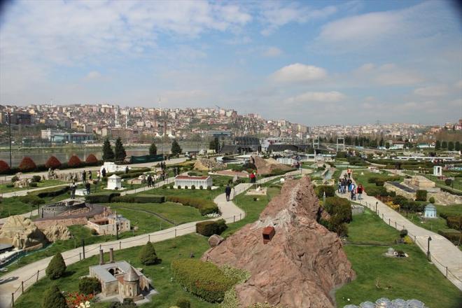 Уникальный стамбульский парк миниатюр «Миниатюрк» открылся в 2003 году и сейчас пользуется огромной популярностью. Расположенный в районе Сютлюдже у бухты Золотого Рога «Миниатюрк» — самый крупный парк такого рода в мире. В парке находятся миниатюрные копии турецких памятников истории, таких как Голубая мечеть, Айя-София, Босфорский мост, Дворец Долмабахче и другие.