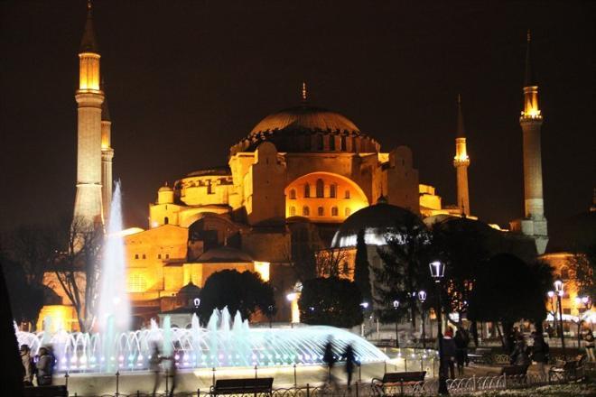 На этой же площади Султанахмет располагается Святая София, или Айя-София. Это уже третья постройка - первая сгорела, вторая была разрушена. Нынешняя София на протяжении 900 с лишним лет была кафедральным собором Константинополя, главной церковью Византийской империи и всего православного мира. После турецкого завоевания ее на 481 год превратили в мечеть, и в итоге в 1934 году сделали музеем. Снаружи София не поражает, находящаяся напротив Голубая мечеть выглядит внушительнее и величавее. Но стоит попасть внутрь, ...