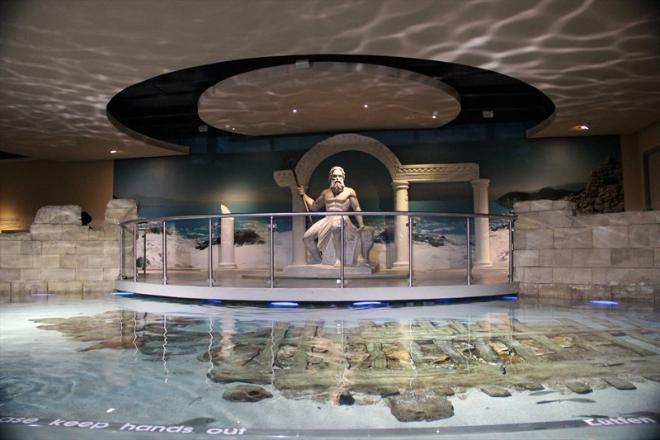 """Стамбульское царство Нептуна - местный Океанариум. Поражает своим размахом. Бродить здесь очень интересно - это не просто рыбы в тесных аквариумах, как, например, у нас на Чистых прудах, а целый """"рыбий город"""". Здесь множество залов, каждый из которых сделан в определенном стиле. Устали ходить - можно сесть на специальные ряды, погрузиться в подводный мир и полностью расслабиться :)"""