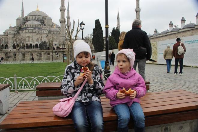 На площади между Голубой мечетью и Аей-Софией находятся скамейки, где уставшие туристы могут отдохнуть и поесть местных бубликов, которые называются симитами.