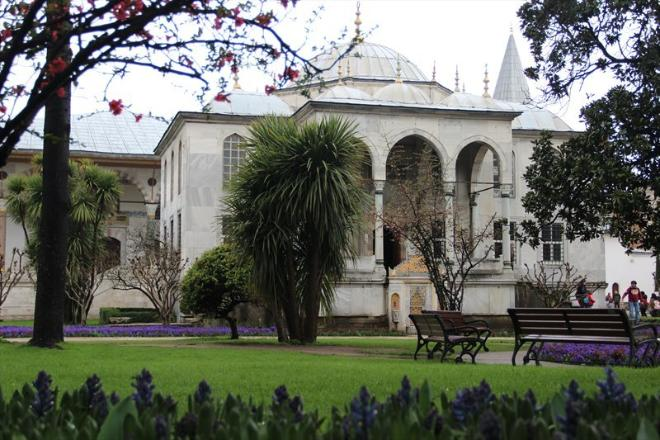 Еще в Третьем дворе Дворца располагается Библиотека султана Ахмеда III. Наполненная светом, она имеет удобные места для чтения, а также многочисленные резные  элементы, отделанные самыми лучшими и дорогими материалами той эпохи.