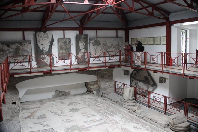 Заглянули мы и в небольшой музей мозаик, который находится неподалеку от Голубой мечети. Он располагается в том самом  месте, где при раскопках обнаружились мозаичные полы Большого императорского дворца. Часть мозаик сохранилась очень даже неплохо, часть практически не сохранилась, но все они поражают тем, с каким мастерством были выполнены из столь незначительных фрагментов. Изображены на них в основном сцены из реальной жизни - охота, домашнее хозяйство, строительство, хотя порой встречаются и какие-то загадочные существа.