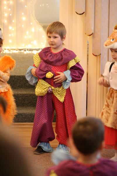 На празднике в детском саду Пашка был Петрушкой))