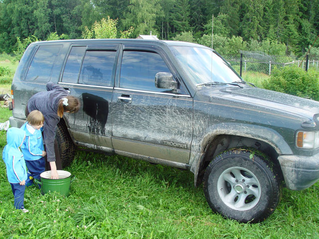 По дороге Сьюзи сильно испачкалась. Теперь отмываем.