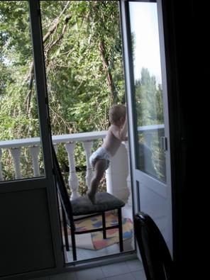 впервые сам залез на стул. который преграждал ему путь на балкон