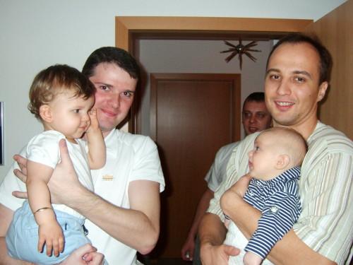 всё у Мишели в гостях, её папа с братиком Сашей(3 месяца) и наш папа и Даник.....