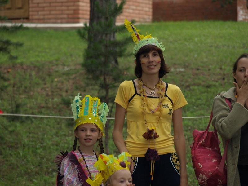 А это Вечеринка индейцев. Я и Полина из племени Ястребов. Все украшения и костюмы изготовлены совместно и собственноручно на творческих мастерских.