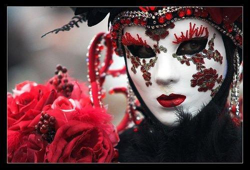 Венецианские маски своими руками: Изготовление основы из папье-маше.    Необходимые материалы: клей ПВА, материал для модели, бумага обычная (лучше всего газета), более