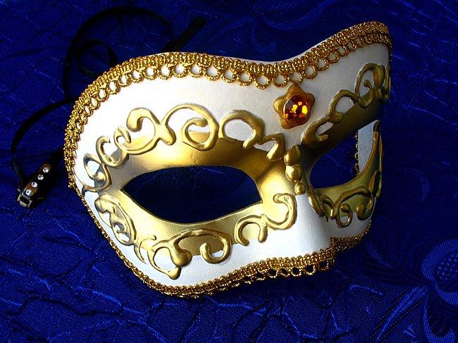 Венецианские маски своими руками: Изготовление маски начинается с изготовления модели, которая будет в дальнейшем обклеиваться папье-маше. В качестве самой простой модели для оклеивания подойдет