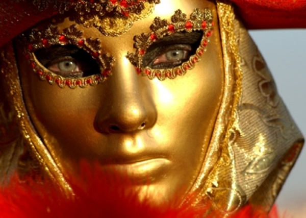 Венецианские маски своими руками: Приступая к работе модель, необходимо покрыть слоем вазелина. Затем модель оклеивают бумагой в технике папье-маше. Для этого газета рвется на