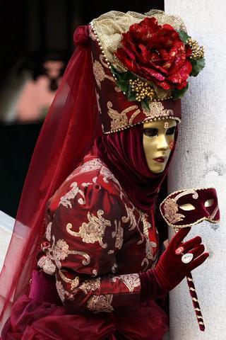 Венецианские маски своими руками: В завершении обклеенную модель сушат. Маска сушится при комнатной температуре, не снимая с модели, чтобы избежать деформаций маски три-четыре дня.