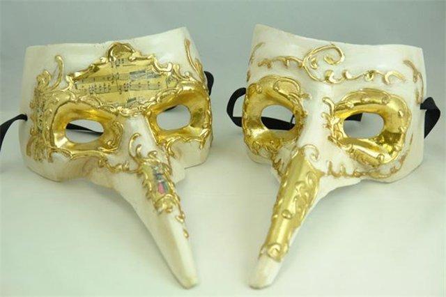 Венецианские маски своими руками: На готовую маску вручную наносят рисунок, декорируют с использованием сусального золота, кружева, перьев, бисера, цветов, пайеток и страз. Все зависит