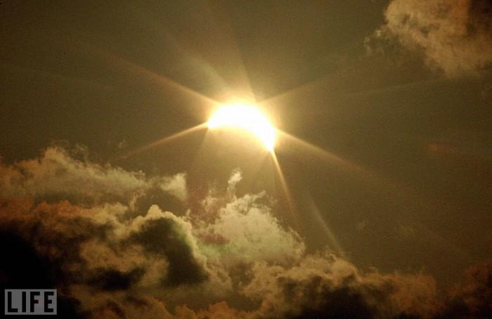Солнечные и лунные затмения : Обычно мы можем наблюдать частичные затмения, полные происходят гораздо реже.     В год затмения случаются 5–6 раз,