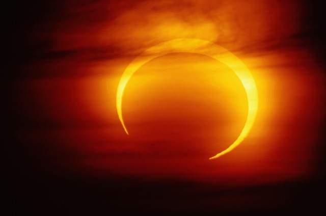Солнечные и лунные затмения : Как лунные и солнечные затмения влияют на человека?    За две недели до и две недели после затмения