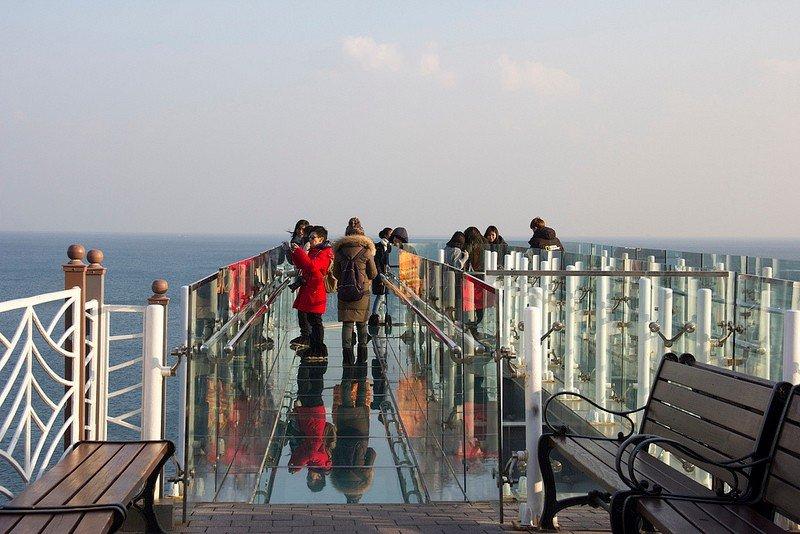 Автор: Розабельверде, Фотозал: Туристические зарисовки, Смотровая площадка Орюкдо Skywalk со стеклянным полом, выходящая в море.