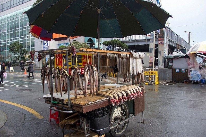 Автор: Розабельверде, Фотозал: Туристические зарисовки, Первыми на подступах к рыбному рынку Чагальчхи появляются тележки с вяленой рыбой.