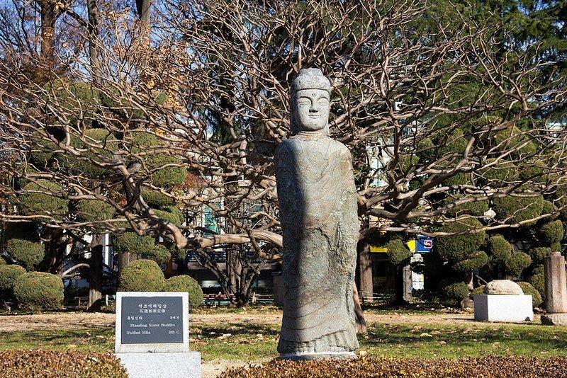 Автор: Розабельверде, Фотозал: Туристические зарисовки, Каменный Будда 9 века. Наружная экспозиция музея Пусана.