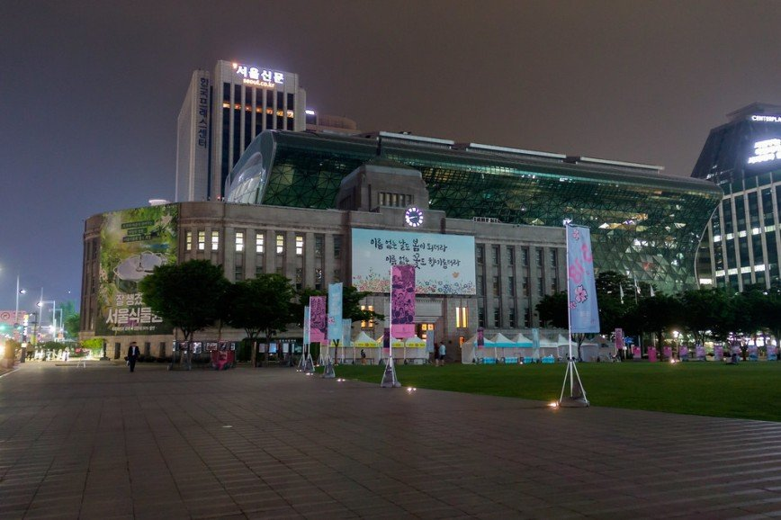 Автор: Розабельверде, Фотозал: Туристические зарисовки, Ночью площадь у мэрии освещается только огромными экранами на зданиях вокруг. На переднем плане - старое здание мэрии, сейчас - библиотека, за ним - новая мэрия.
