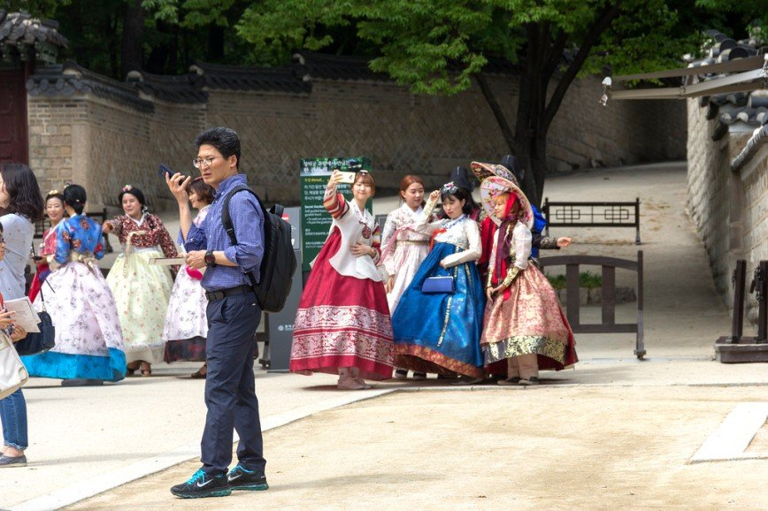 Автор: Розабельверде, Фотозал: Туристические зарисовки, Была суббота, и очень много людей во дворцах, не только туристов, но и местных. В ханбоках (национальный корейский костюм) и вообще исторических костюмах (видела людей в одеждах начала XX века) во дворцы пускают бесплатно.