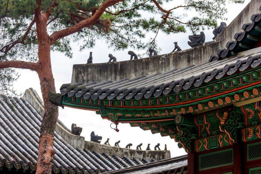 """Автор: Розабельверде, Фотозал: Туристические зарисовки, Крыши дворца Чхандоккун. Чапсан - фигурки на крыше - изображают героев """"Путешествия на запад"""", средневековой истории о том, как монах Сянзцянь искал буддийские сутры в сопровождении короля обезьян и прочих мифических персонажей. Фигур бывает от 3 до 11, чем их больше, тем важнее здание. Они призваны защищать от злых духов."""