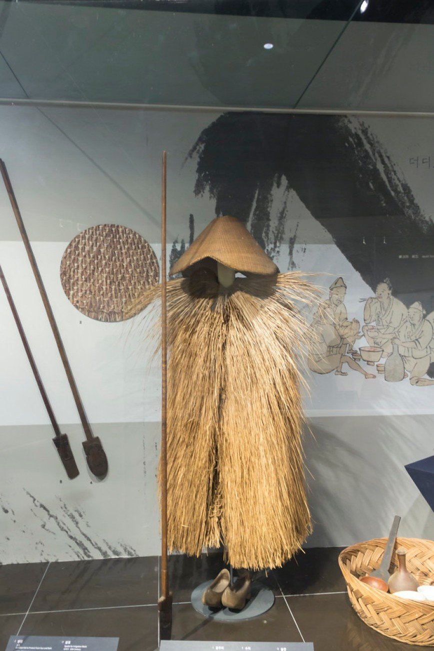 Автор: Розабельверде, Фотозал: Туристические зарисовки, Корейский крестьянский дождевик и шляпа из соломы. Государственный народный музей в Сеула.