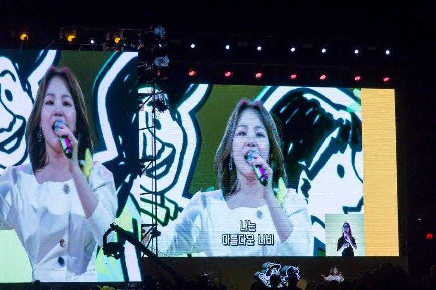 Автор: Розабельверде, Фотозал: Я - очевидец, Концерт на площади Кванхвамун в Сеуле - финал городского культурного фестиваля. Выступает певица Али.
