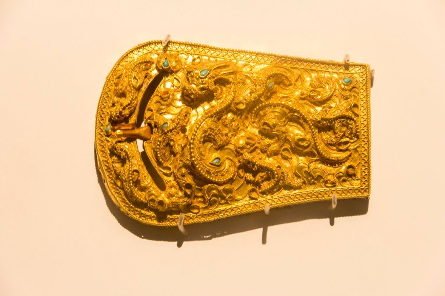 Автор: Розабельверде, Фотозал: Туристические зарисовки, Застежка для пояса времен Самхан (трех хан), сокровище № 89. 53,9 г чистого золота. Изображает большого дракона в окружении маленьких.