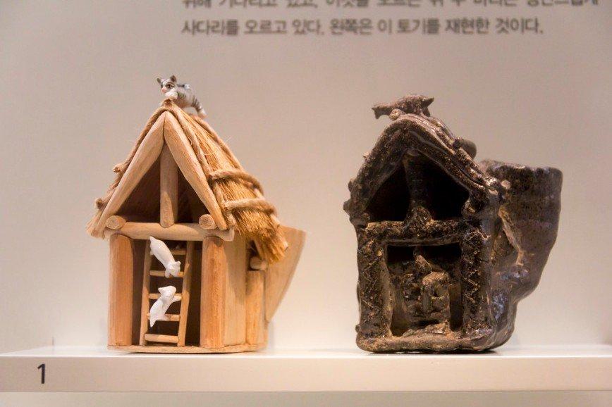 Автор: Розабельверде, Фотозал: Туристические зарисовки, Керамика в виде дома (слева - современная интерпретация). Домик с соломенной крышей, а на лестнице две испуганные мышки, увидевшие кота, который сидит наверху. Эпоха Кая (42 - 562 г. н.э.).