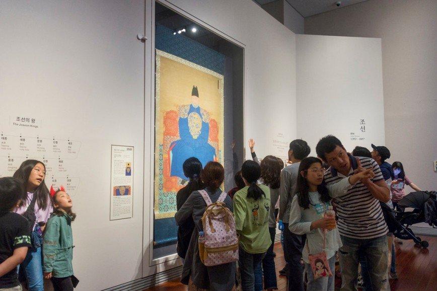 Автор: Розабельверде, Фотозал: Туристические зарисовки, В воскресный день музей был полон школьниками всех возрастов. Одна из групп столпилась у портрета основателя династии Чосон, вана Тхэчжо (Ли Сон Ге).