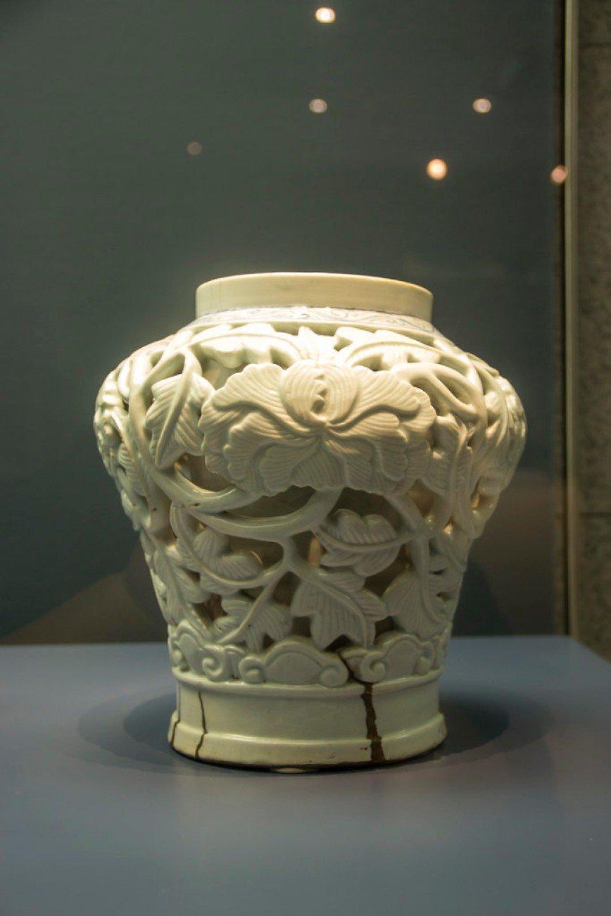 Автор: Розабельверде, Фотозал: Туристические зарисовки, Подобного рода керамические изделия были большой редкостью. На самом деле тут две вазы - внутренняя сплошная и внешняя с вырезанными пионами. Национальный музей Кореи.