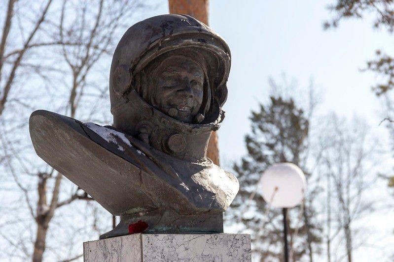 Автор: Розабельверде, Фотозал: Туристические зарисовки, Бюст Гагарина в сквере ДК в ЗАТО Циолковский