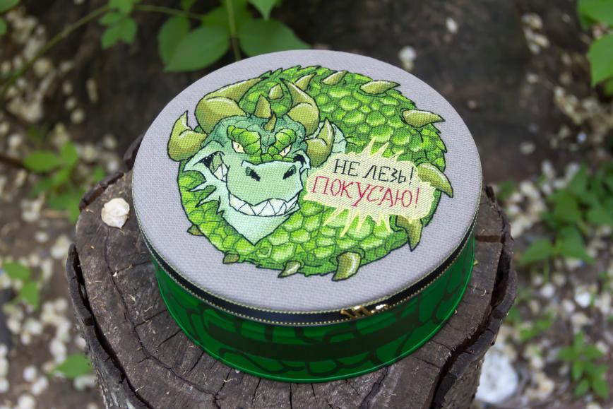 Автор: Розабельверде, Фотозал: Мое хобби, Дракон вышит по схеме Анны Шишкиной. Будет охранять нитки в жестяной коробки из-под конфет.