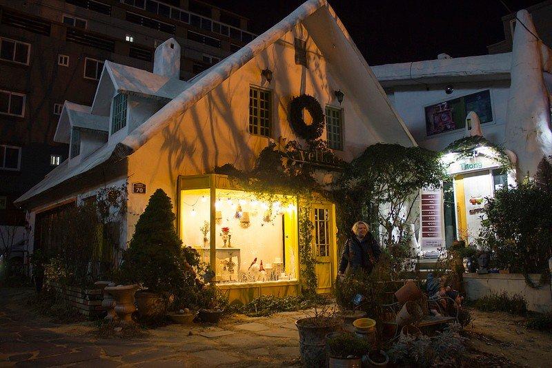 Автор: Розабельверде, Фотозал: Туристические зарисовки, Пряничный домик в сахарной глазури. На самом деле - цветочный салон.