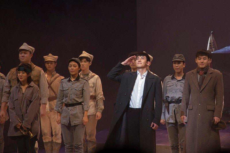 """Автор: Розабельверде, Фотозал: Я - очевидец, Чжи Чан Ук (отдает честь) и Кан Ха Ныль (крайний справа) - звезды Халлю (корейской волны), которые служат сейчас в армии. Практически все исполнители в мюзикле """"Военная школа Шинхын"""" - солдаты срочной службы."""