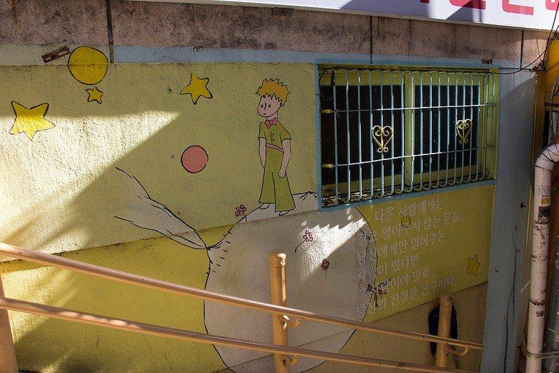 """Автор: Розабельверде, Фотозал: Туристические зарисовки, Одна из двух лестниц, отходящих от книжного переулка, украшена цитатами и иллюстрациями из """"Маленького Принца""""."""
