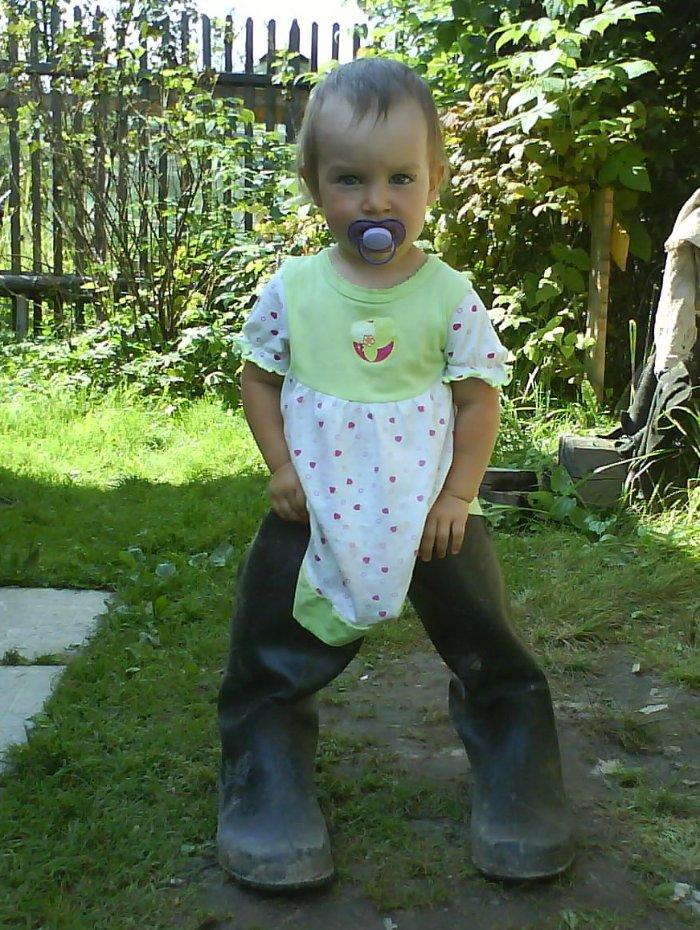 Сама попросилась эти сапоги надеть. А потом в них ходить пыталась.