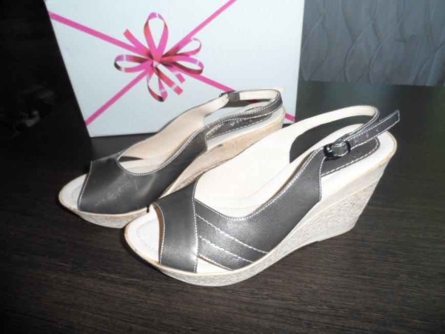 Туфли летние размер 38 по стопе 24.5 см. НОВЫЕ. Фирма Паяна, цвет- светлая бронза, кожа, каблук 9 см. цена 1000=